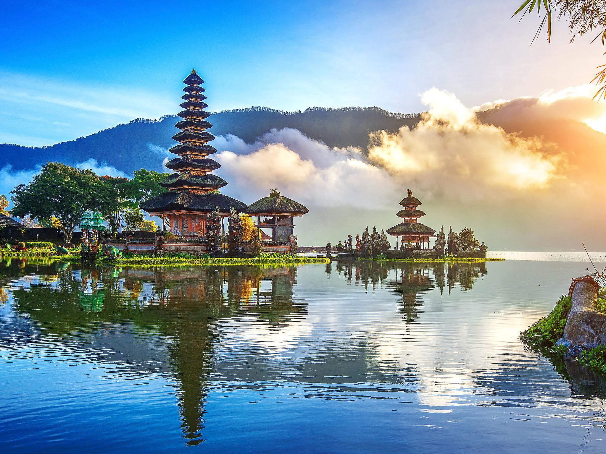 chrám na Bali u jezera
