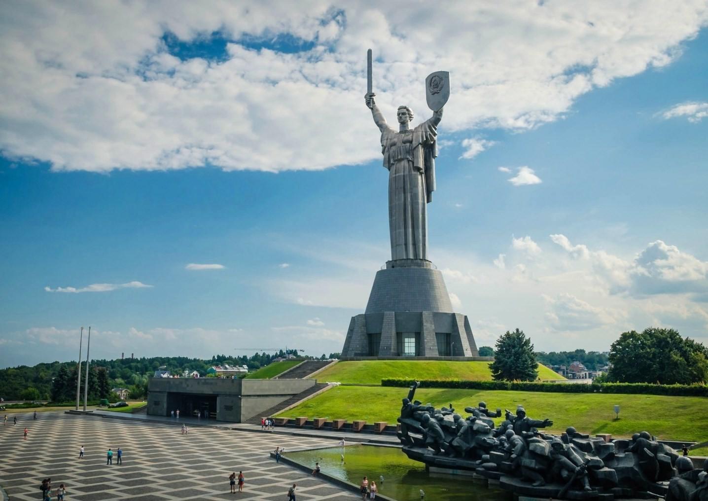 socha v parku v Kyjevě