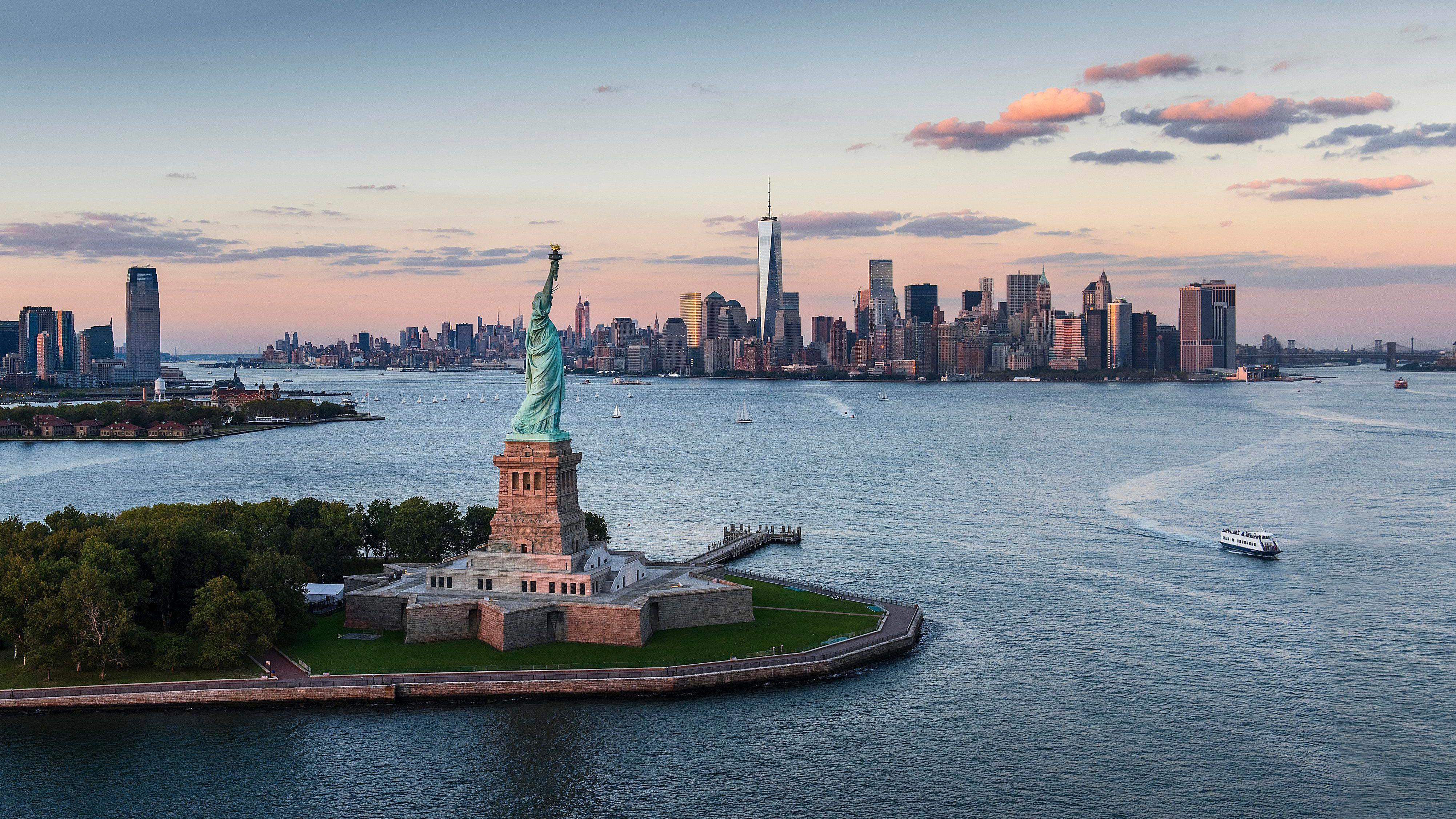 pohled z výšky na Sochu Svobody v New Yorku