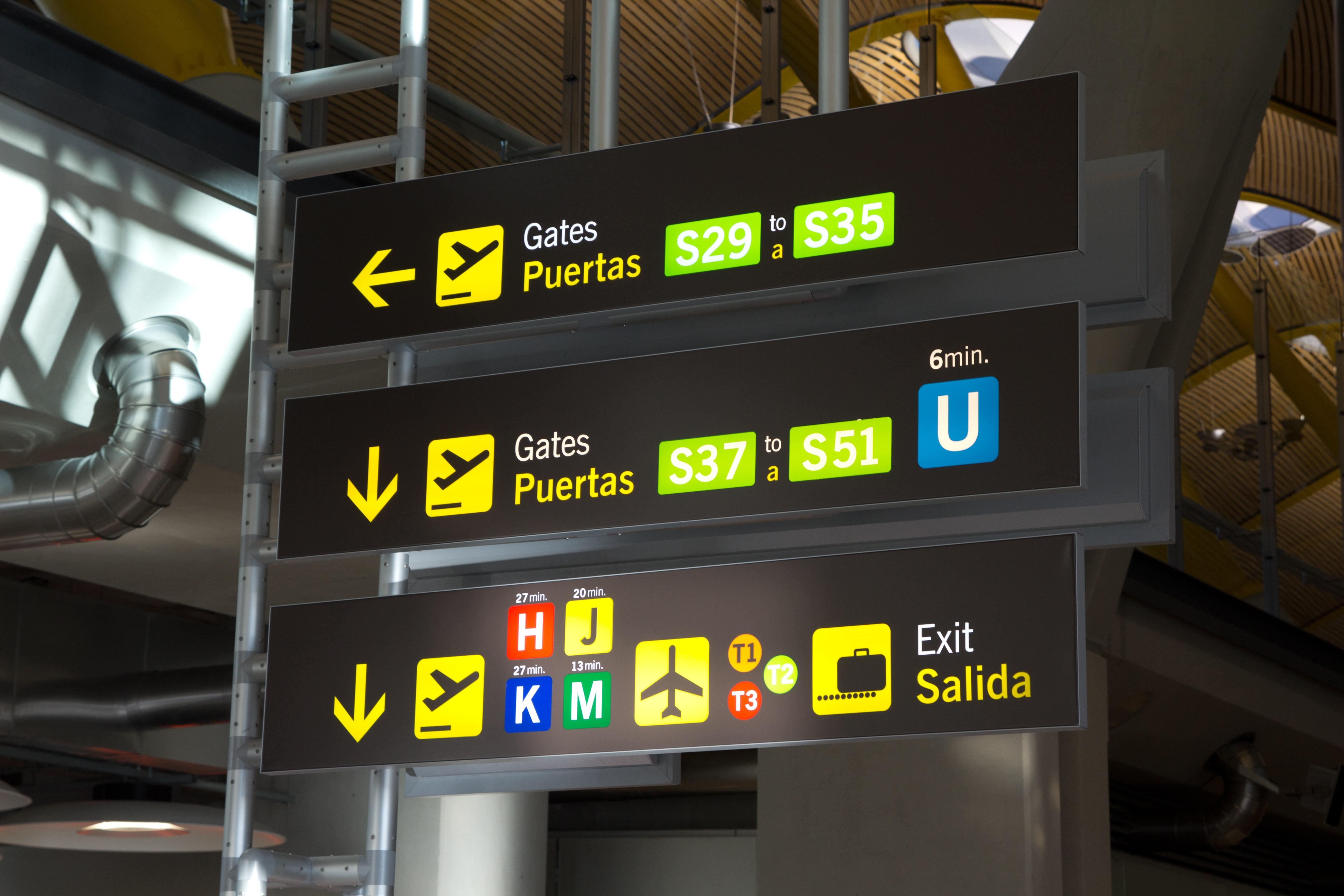 nápisy odletové brány na letišti
