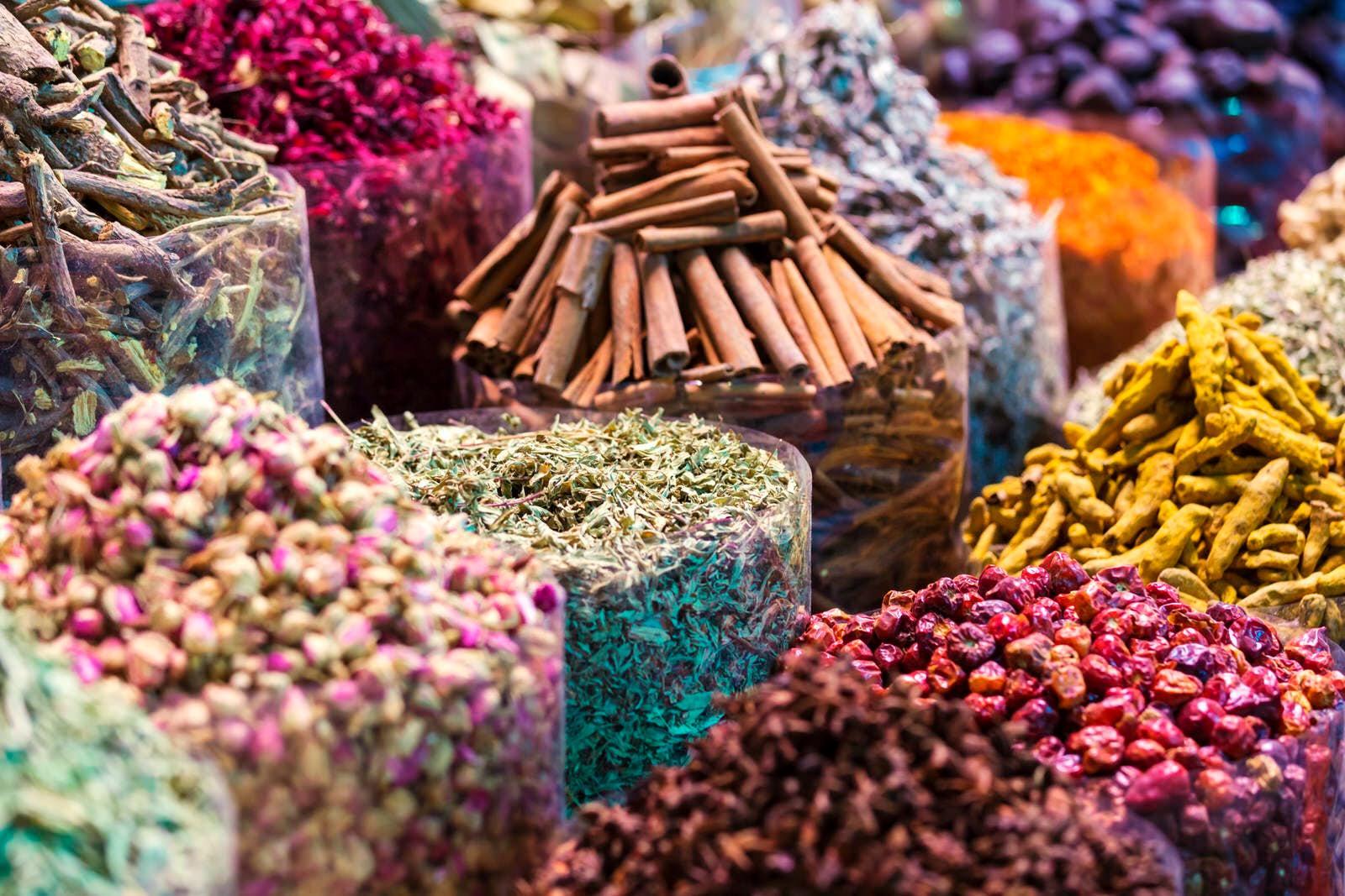 trhy s kořením na Zanzibaru