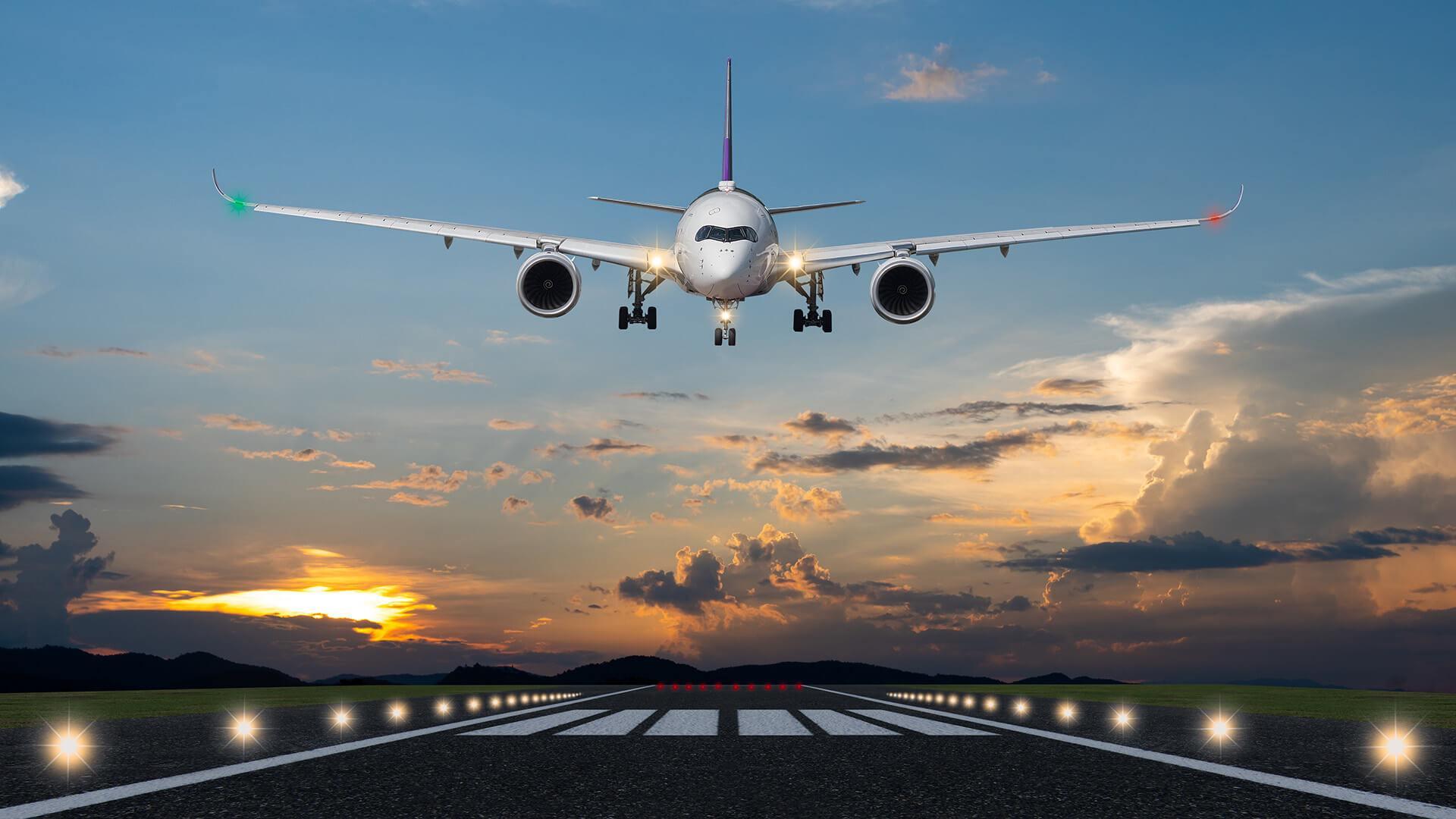 letadlo přistává na letišti