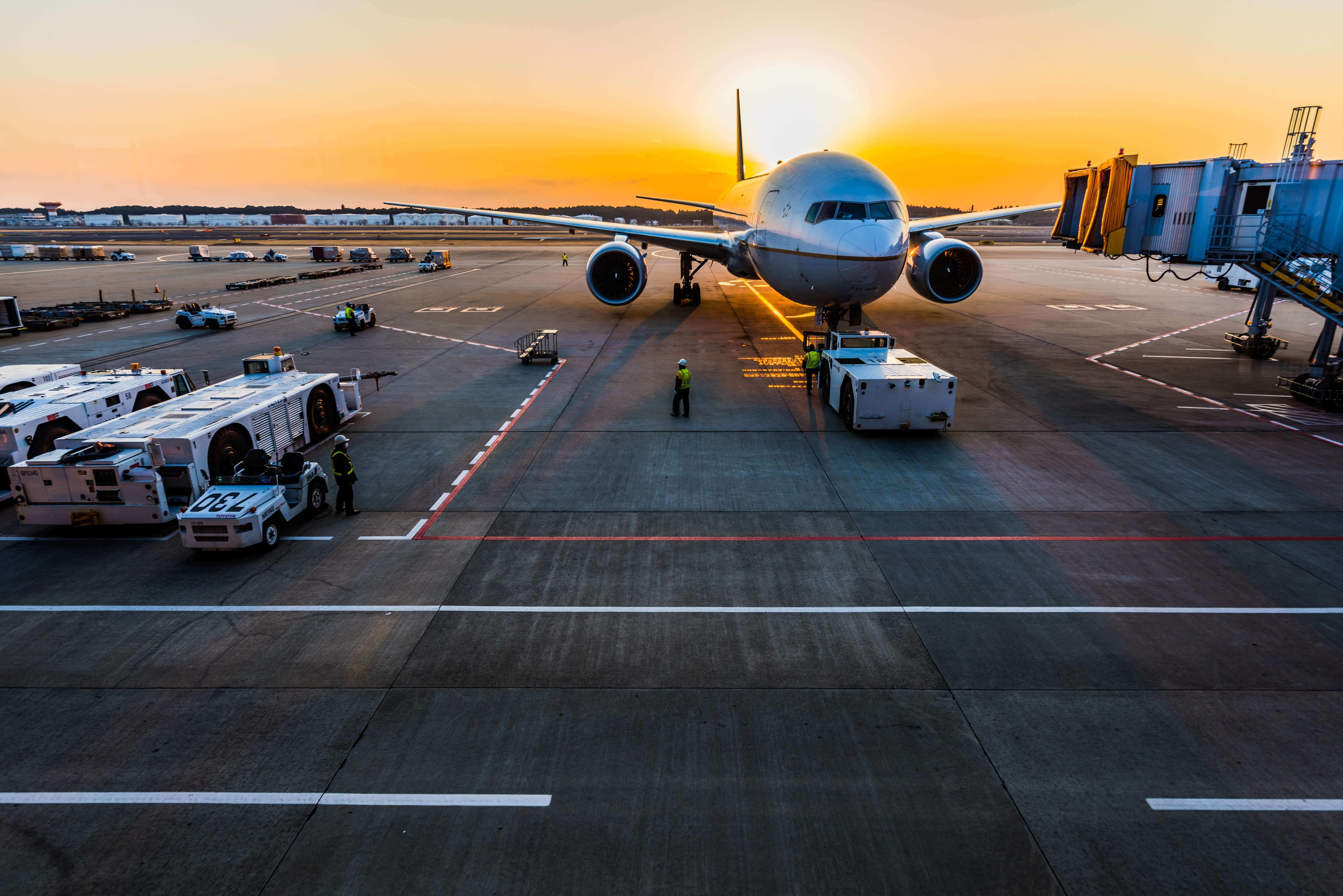 letadlo při západu slunce